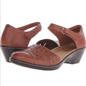 Clarks Wendy Laurel brown fisherman sandals shoes
